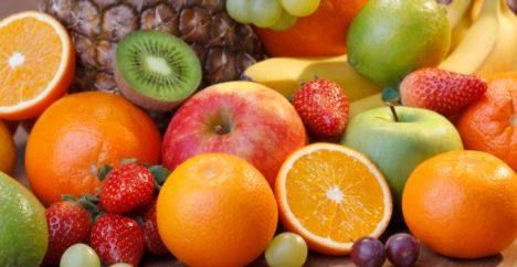 Meyvelerin yararları  * Vücudumuzun başlıca düşmanı olan kolesterol hiçbir meyvede yoktur * Meyveler doğal şeker içerir, ne kadar çok meyve tüketirsek beynimizdeki sinir hücreleri de o kadar gelişir, meyve yemek hafızamızı canlandırır * Meyveler mükemmel bir lif kaynağıdır * Meyveler vitamin ve mineral açısından çok zengindir * Az kalorilidirler ve kilo aldırmazlar. (Ancak rejim sırasında kalorisi nispeten yüksek olan incir, muz ve üzümden uzak durun) * Bol miktarda antioksidan içerirler * Meyveleri aç karnına yemek sindirimi kolaylaştırır